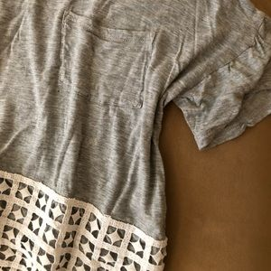 Grey cropped box tee with white appliqué detail
